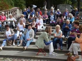 Gemeinsames Mittagessen auf dem Domvorplatz in Fulda